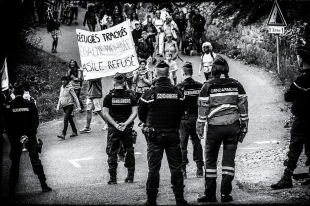 Tous Migrants 1 manifestation col de l'Echelle -photo Nicolas Fragiacomo, photographe et accompagnateur en montagne